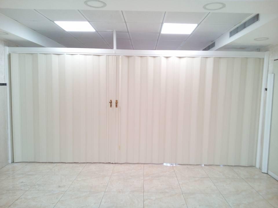 אפשרות לחלוקה של אולם לחללים נפרדים בעזרת מחיצות מתקפלות בסגירה מותאמת לצורך.